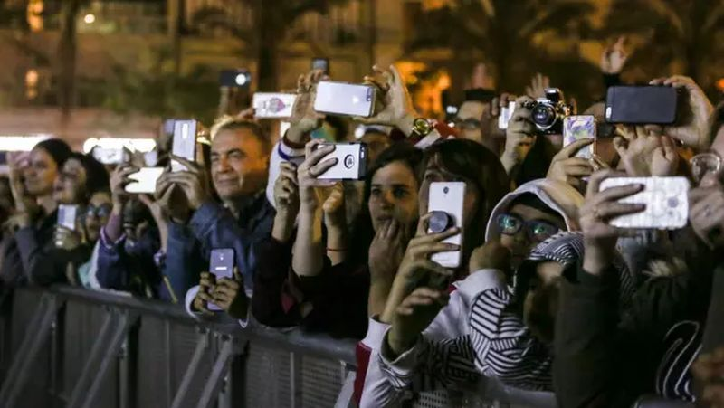 crowd-of-people-with-smartphones